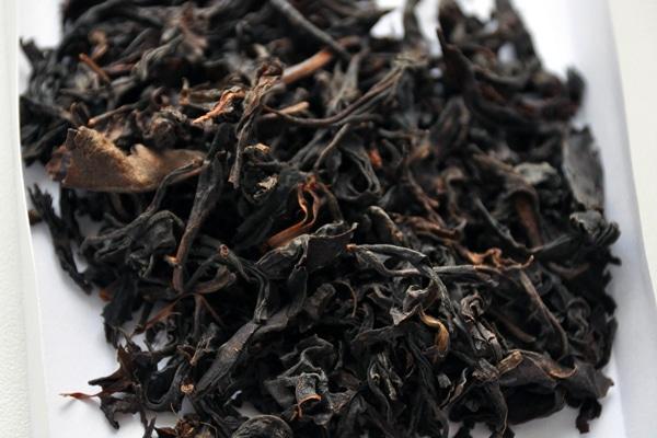 Назва «Чорний» використовується в Україні, Європейських країнах, Індії, Америці. В Китаї та інших азіатських країнах такий чай називається «Червоний чай».