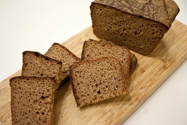 Коричневий колір хлібу надають, наприклад, карамельні барвники