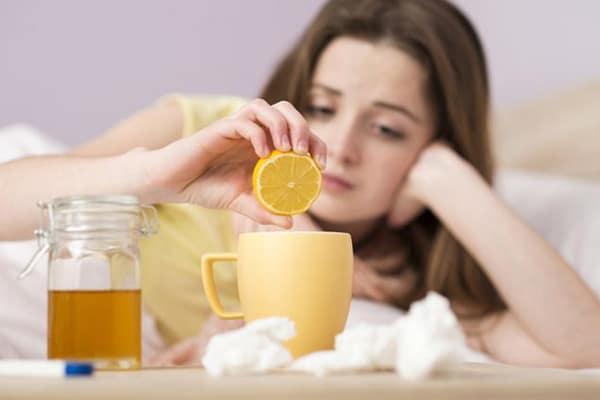 Чим більше ми п'ємо, тим інтенсивніше «змиваються» мікроорганізми зі слизової горла, не встигаючи прикріплятися до неї та розмножуватися