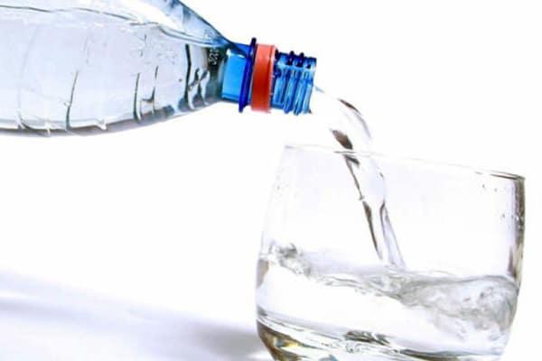Мінеральна вода допомагає зробити кашель продуктивним, пом'якшити горло, заспокоїти слизову носоглотки
