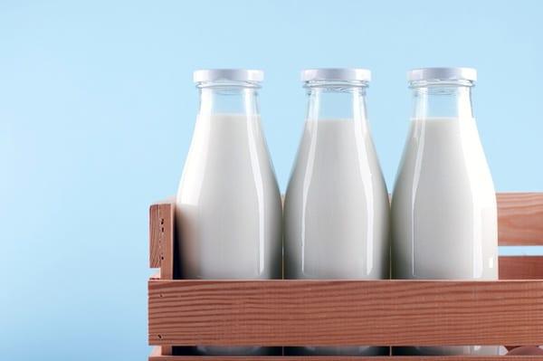 Молоко при застуді - народний метод, який підходить не всім