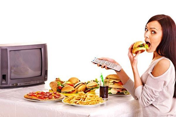 Ми постійно їмо нездорову їжу за переглядом нескінченних програм і серіалів