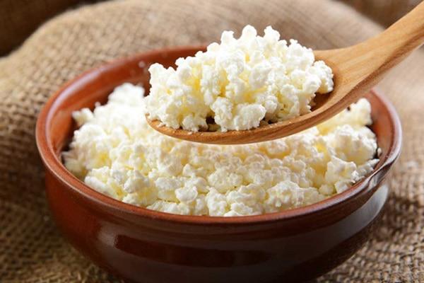 Домашній сир - це відмінне джерело білка, який можна вживати в їжу навіть вночі, всупереч розхожому міфу, що їсти після 6 вечора шкідливо.