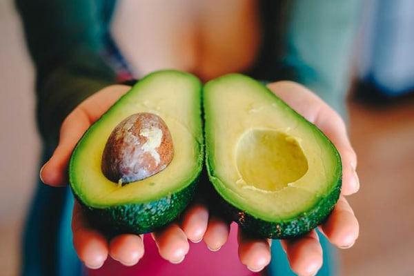 Авокадо є відмінним джерелом корисних жирних кислот і вітамінів. У цьому продукті міститься олеїнова кислота, яка продовжує в організмі відчуття насичення.