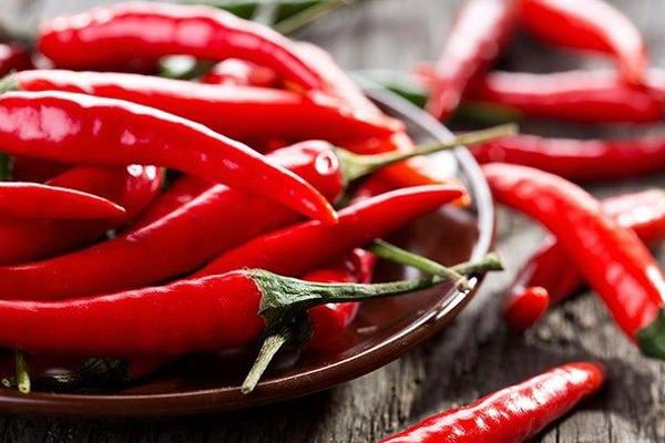 У перці Чилі міститься речовина капсаїцин, яка, крім придушення почуття голоду, допомагає також спалювати жири.