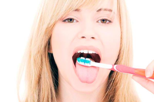 Якщо на ніч почистити язик спеціальним скребком або навіть звичайною чайною ложкою, то таким чином буде видалена основне живильне середовище для хвороботворних бактерій
