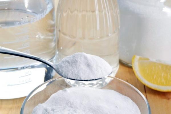 Харчова сода та лимонний сік - засіб відмінно підходить для усунення неприємного запаху з рота.